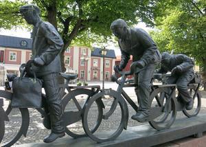 Skulpturen Aseaströmmen, av Västeråskonstnären Bengt Göran Broström, ska vara kvar på Stora torget. Det talas även om att uppföra ett nytt konstverk av lekfull karaktär.