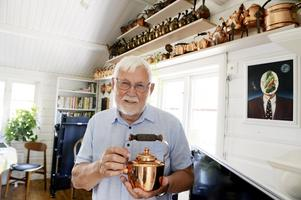 Martin Strömqvist har samlat på kaffepannor i koppar sedan barnsben. De  står uppradade i storleksordning i Hamnstugans gamla kassarum. I dag används rummet som vardagsrum.