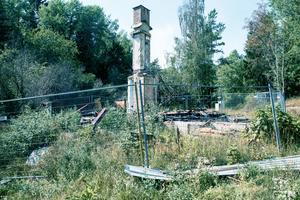 Skorstenen står fortfarande kvar efter branden som en smärtsam påminnelse.