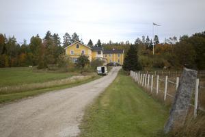 Från gården i Nordanå är det nära till skog, sjö och vandring i naturen. Den här dagen kommer också en efterlängtad bredbandsbil.