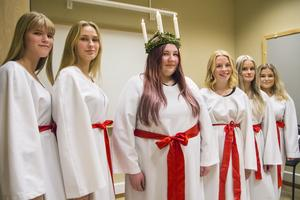 Årets luciatåg i Ljusdal består av fem tärnor och en lucia.