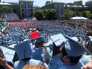 Som ett ljusblått hav ser det ut när alla elever samlas till examenceremonin, som hölls på campus – på Columbias kända