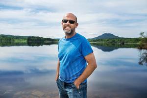 Artikelförfattaren och Fränstabon Micke Engström trivs vid Ljungans strand.