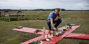 Johan Hellström, chefsinstruktör, på Umeå fallskärmsklubb vid ett kors på marken intill klubben i Umeå, två dagar efter den flygolycka där nio personer omkom. Foto: TT