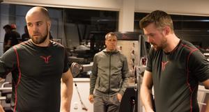 Joakim Bäckström drillar bland andra Henrik Björklund och Magnus Häggström under försäsongsträningen.