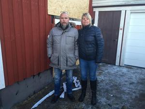 Ann-Cathrin och Kaj Löfvenhamn utanför sitt skadade hus, två veckor efter branden.