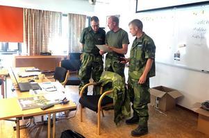 Erik Höglund, Patrik Larsson och Johan Magnusson håller ställningarna i  Hemvärnets bakre ledningsplats i ett av rummen på Ramnäs konferensanläggning.