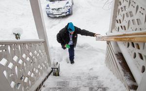 Tidigt på morgonen är hemtjänstpersonalen ofta ute innan det har blivit skottat ordentligt in till alla hus. De senaste dagarna har det även varit mycket snödrev i den hårda blåsten.