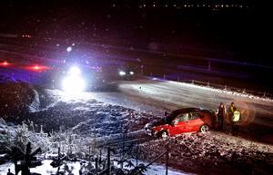 Bilen som voltade ner i diket dras upp av bärgare.