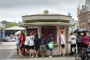 Spelarna fick ta skydd när regnet öste ner över torget.