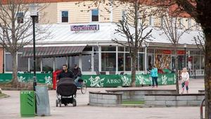 Hallsta Café och Bar har funnits på samma plats under många år. Från början handlade det helt om kaféverksamhet, men för några år sedan fick ägaren serveringstillstånd.