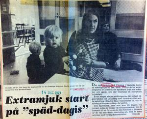 VLT 14 oktober 1977.Bildtexten på tidningens förstasida löd så här: Bildtext: Camilla, ett år, blir bara lite konfunderad av den konstiga kameran. Snabbt återgår hon till sitt samarbete med Kerstin Finnäs.