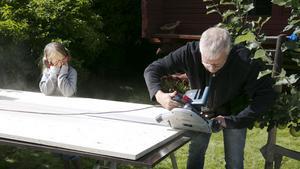 David Högberg får hjälp av dottern Alva.
