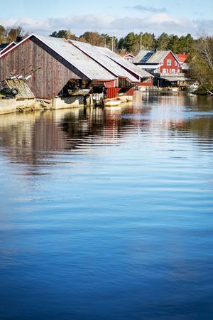 Vattnet ligger lugnt i Sörfjärden.