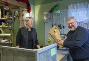 Kyrkoherden Jon Gerefalk passar på att köpa en julstjärna.