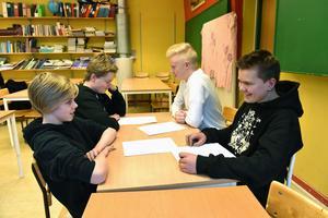 Det var åtta ungdomar i årskurs sju som valt att läsa älvdalska. Här ser man fyra av dem där de läser upp fraser för varandra.