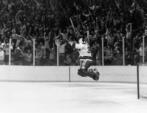 Målvakten Jim Craig jublar efter segern mot Sovjet.