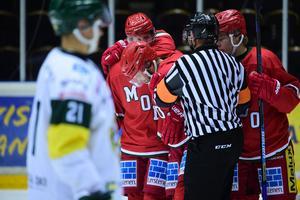 Tommy Enström leddes av isen i smärtor på onsdagen.