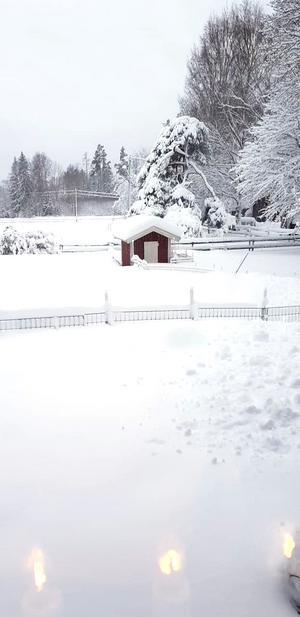 Galet med snö! Bilden är tagen utanför Sättraby strax innan lunchtid på söndagen. Foto: Rebecca Hansson