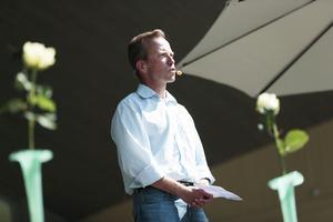 Jesper Bergstrand, ordförande i Örebro fallskärmsklubb talar under minnesstunden för offren i flygolyckan i Örebro.