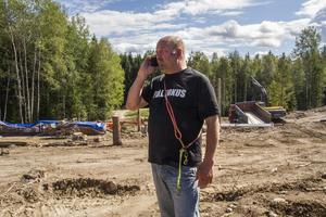 Ralph Persson vid vildsvinshägnet i Klösbo. Foto: Monica Wikström.