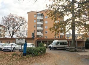 De 76 lättillgängliga lägenheterna vid Lövlundsvägen är attraktiva. Många äldre vill bo i huset.