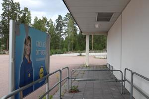 En gammal skylt står kvar utanför Lidls entré i Norslund som stängde för tio år sedan. Nu planeras en nyöppning där bolaget vill expandera och köpa mark, bland annat ett skogsparti, av Falu kommun.