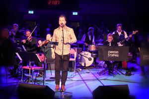 Markus Molin framför sången