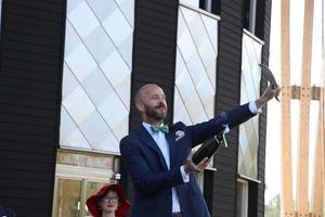 Henrik Scander, doktorand, använder sin egna sabel till att sabrera när champagnefrukosten skulle invigas på examensdagen i Grythyttan.