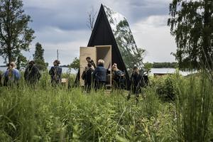 Den kolsvarta solcellsdrivna stugan är designad av den finske industridesignern Robin Falck.