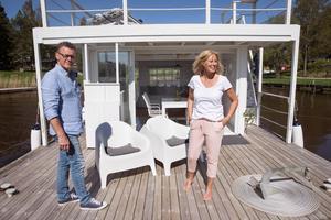 Göran och Mia på sin husbåt, en idé Mia fick för två år sedan.