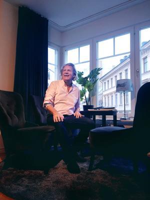 Stig Svedberg i sin stora citylägenhet i Stockholm.