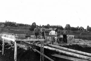 Det här arbetslaget höll 1910 på med att lägga grunden till järnvägsstationen i Lit,