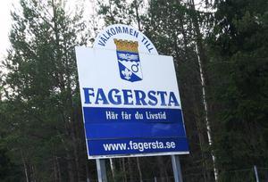 Den gamla kommunskylten som man har mötts av när man kört in i Fagersta.