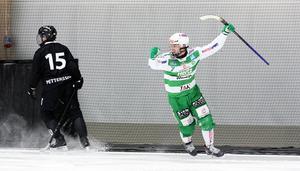 VSK:s Jesper Jonsson gjorde matchens sista mål på lördagen, och kunde sedan fira även avancemang till slutspelet.
