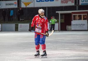 Petter Andersson gjorde det tredje målet i matchen under den besvärliga första halvleken, då underlaget var dåligt på grund av regnet.