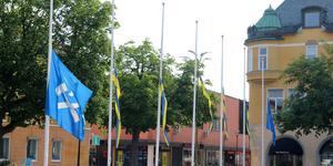 På morgonen 29 juli upptäcktes det att någon hissat ner flaggorna vid Sala rådhus.