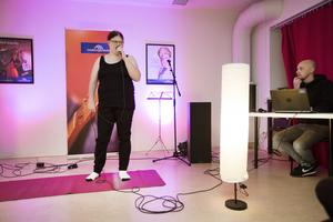 Moa Härdin under repetitionerna på onsdagskvällen. Emil Alstermark, Medborgarskolan, som är en av medarrangörerna, skötte ljudet.
