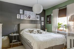 Villan på Hammarvägen har två sovrum men enligt mäklaren går det att inreda fler sovrum i källaren, eller dela av ett av husets två vardagsrum till sovrum.Foto: Fastighetsbyrån.