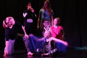 Stina, Nathalie, Lea och Olivia var några av de barn som passade på att starta året med en musikalinspirerad show. Här tillsammans med dansläraren Therese.  Foto: Kenneth Berg