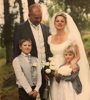 I september 2012 ställde Micke och Sofie till med ett överraskningsbröllop. Med på bilden är sonen Gustav och dottern Lovisa. Bild: Emmelie Åslin