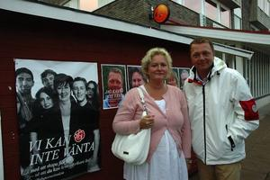 """inte så hippa. """"Vi kommer inte med några flashiga och hippa vallöften i sakfrågor utan vi ska fortsätta jobba för att Ockelbo ska vara en bra kommun att bo och leva i"""", säger socialdemokraternas ordförande i Ockelbo, Carina Löfgren och kommunalråd Magnus Jonsson."""