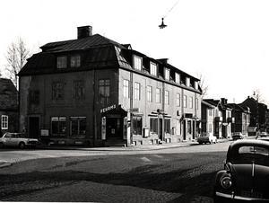 I korsningen Köpmansgatan - Storgatan låg Fehrms hörna. En butik som sålde tidningar och framför allt tobaksvaror.