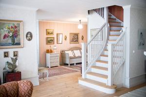 Den vackra trappan, som leder upp till sovrummen och Maries hobbyrum, byggdes av en vän till familjen.