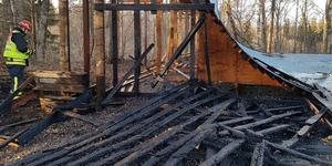 Under måndagskvällen arbetade räddningstjänsten med att släcka branden. Foto: Pelle Evertsson
