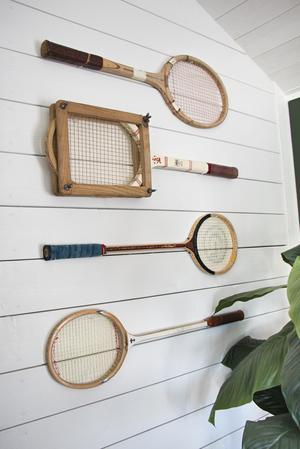 Tennis och squash-racketar pryder en av väggarna.