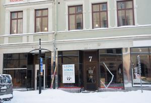 Också längre ner mot hamnen finns tomma lokaler. Här ledigt på Storgatan 7, och även i grannhuset Storgatan 5 finns en ledig lokal.