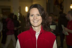 Sandra Englund, studie- och yrkesvägledare på Vallbacksskolan, delade ut informationsblad  i entrén på Polhemsskolan.