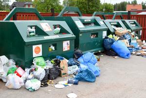 Så här såg återvinningsstationen i Djurås centrum ut tidigt på måndagsmorgonen.