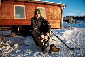 Kevin Eriksson bor bara ett stenkast ifrån Skyttis. Åka skridskor på rundbanan är något han gjort från att han var liten.